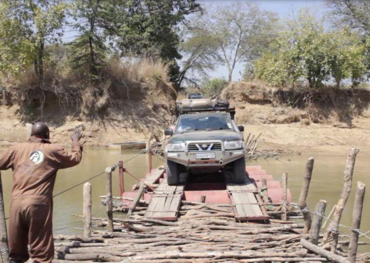 Der Moment, wenn dein Jeep auf einer Fähre aus ein paar zusammengebundenen Baumstämmchen den Luangwe überqueren soll…