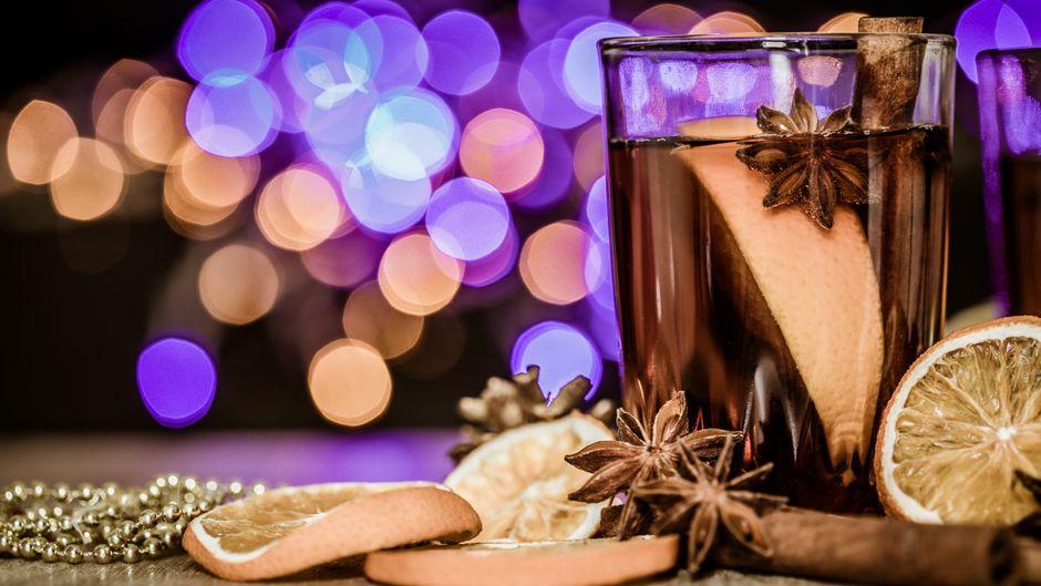 Statt klassisch mit Sekt kannst du auch mit einem leckeren Cocktail anstoßen.