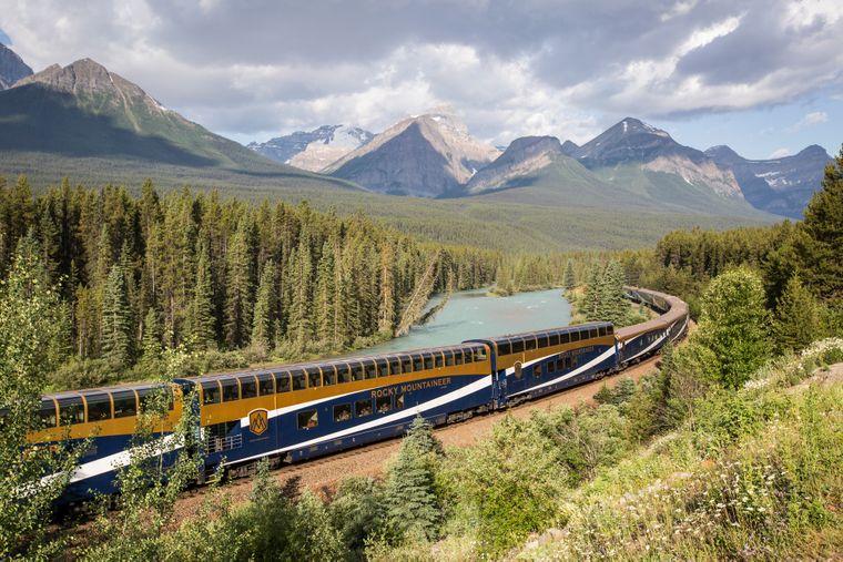 Die Reise mit dem Glaskuppel-Zug führt am Colorado River entlang.