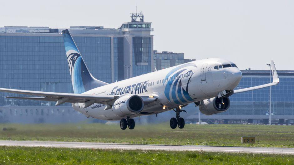 Eine Boeing 737-800 der Fluglinie Egypt Air hebt ab.
