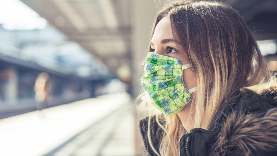 Im öffentlichen Nah- und Fernverkehr verkehr herrscht Maskenpflicht. (Symbolbild)