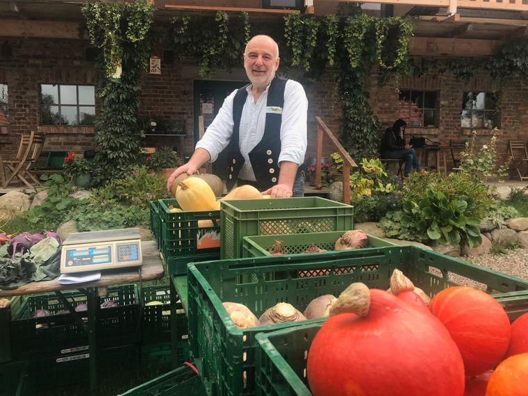 Bernd Kleist zeigt im 65-Einwohner-Dorf Gessin, wie sich eine Region auf eigene Produkte besinnen kann.