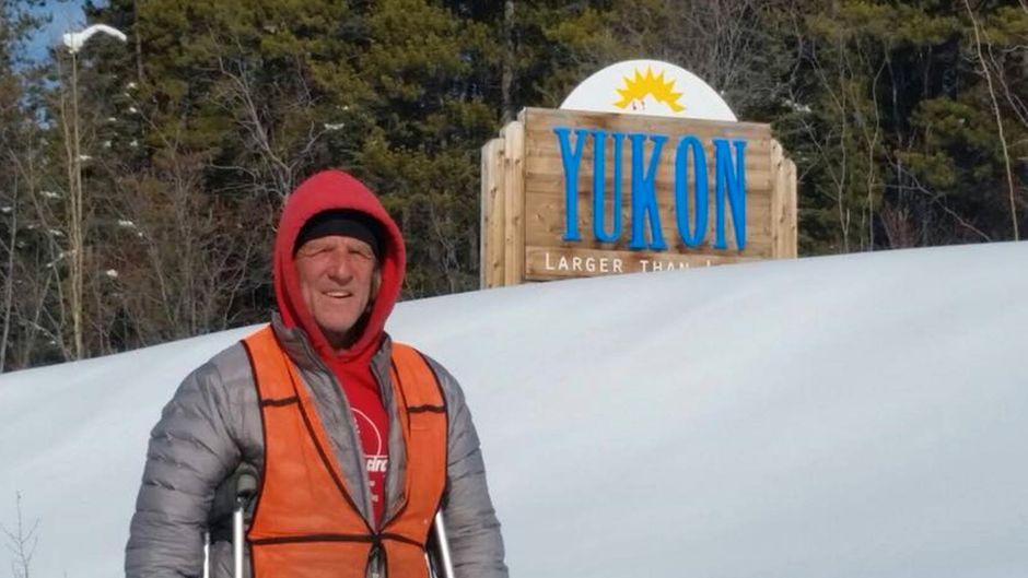 """""""Kurz"""" vorm Ziel: Holly Harrison alias Cargo mit Krücken in Yukon im Nordwesten Kanadas."""