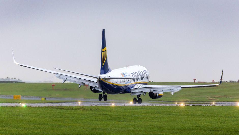 Ein Flugzeug von Ryanair bei der Landung in Leeds, England.