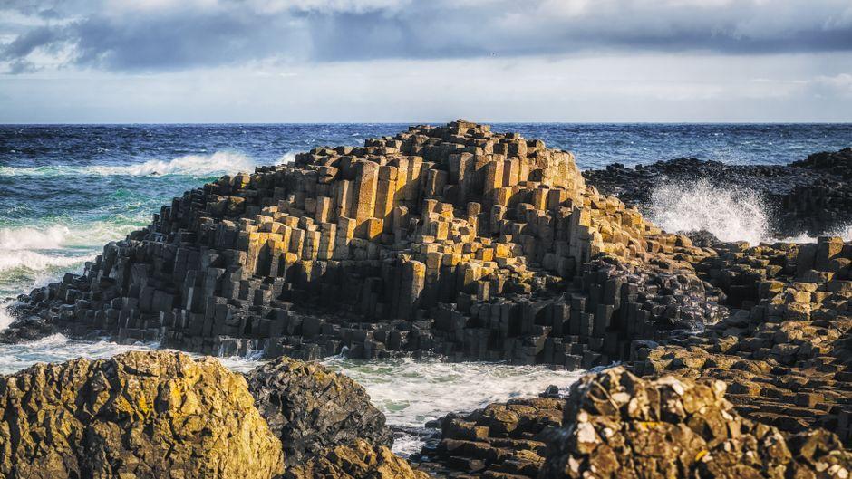 Die Tour durch Nordirland lässt sich gut in der Grafschaft Antrim beginnen, wo Reisende am Giant's Causeway die rätselhaften Basaltsäulen bestaunen können.