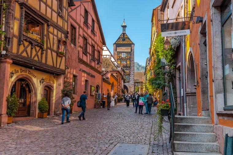 Auf dem Kopfsteinpflaster der Altstadt von Riquewihr im Elsass.