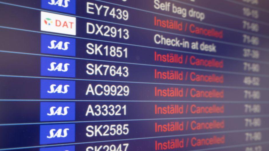 Auf der Anzeigentafel stehen mehrere SAS-Flüge, die wegen des Streiks ausfallen.