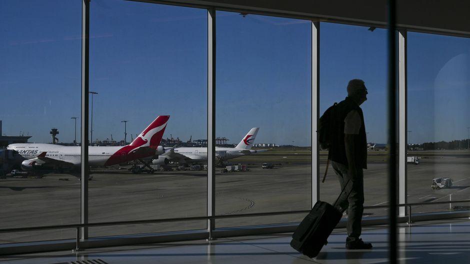 Ein Qantas-Flugzeug am Flughafen in Sydney, Australien.