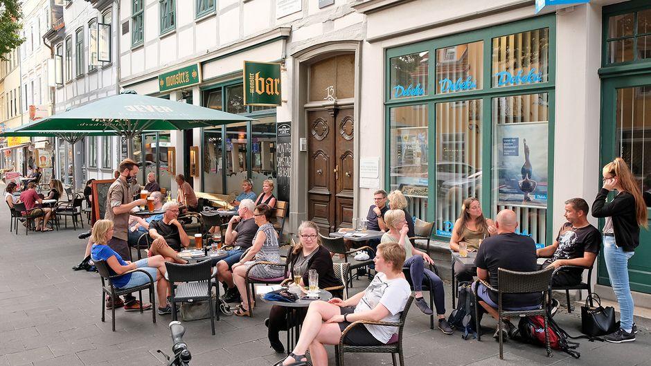 Dem Treiben an der Goethe-Allee kann man vor der Monster Bar gut folgen.