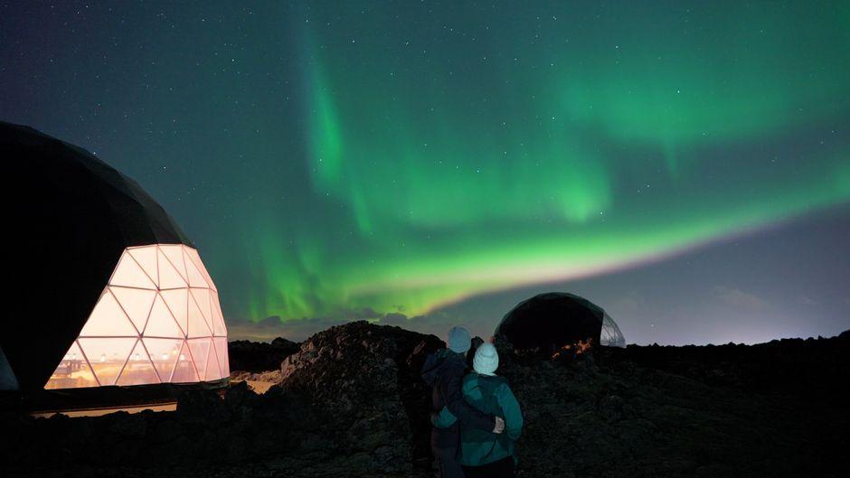 Nordlichter über dem Aurora Basecamp in Island.