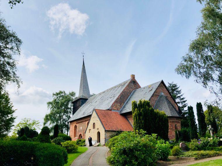 Das Gotteshaus von Rieseby ist eine der ältesten Kirchen in Schwansen. Übrigens: Von hier aus bist du in einer halben Stunde wieder in Schleswig – und die Rundtour (ca 100 Kilometer) ist wirklich rund.