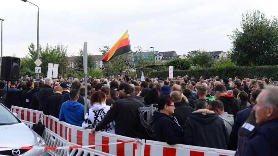 """Mitglieder der rechtspopulistischen Bewegung """"Pro Chemnitz"""" bei einer Demonstration."""