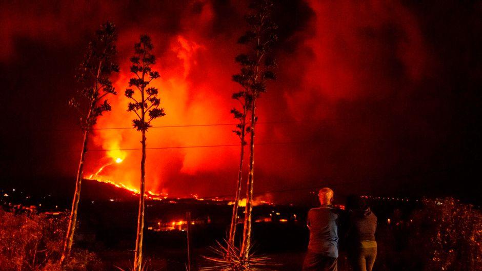 Ein Paar schaut auf die Cumbre Vieja von Los Llanos de Ariadne in La Palma. Der Vulkanausbruch hört nicht auf.