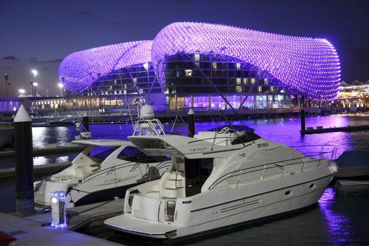 Yas-Hotel auf Yas Island. Futuristisches Luxushotel inmitten der Formel 1 Rennstrecke von Abu Dhabi.