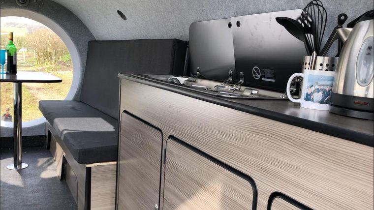 Im Caravan gibt es eine kleine Küche mit zwei Kochplatten und einer Spüle.