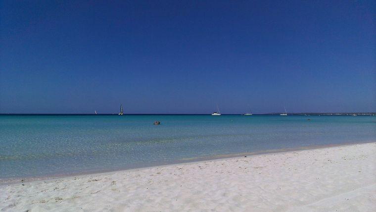 Idyllischer Sandstrand auf Mallorca.