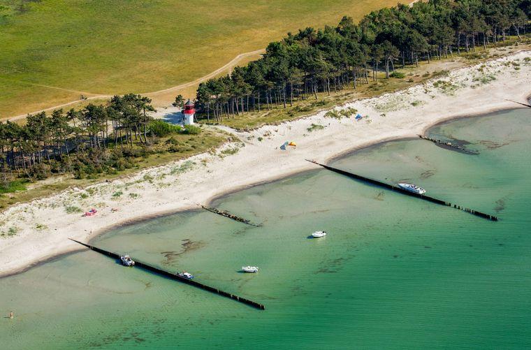 Auf der Insel Hiddensee an der Ostseeküste findest du auch zahlreiche Leuchttürme.