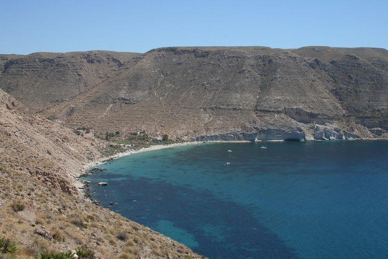 Nichts außer Kiesel, Meer und Wind – die Cala Gata ist wild, aber dafür auch oft menschenleer.