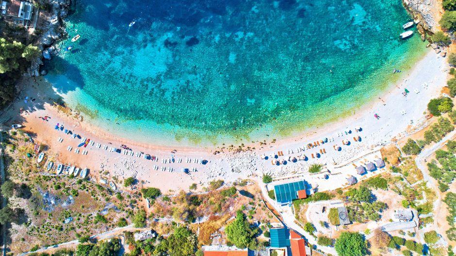 Wunderschöne Badebucht: Der Strand von Pupnatska auf der Insel Korčula in Kroatien.