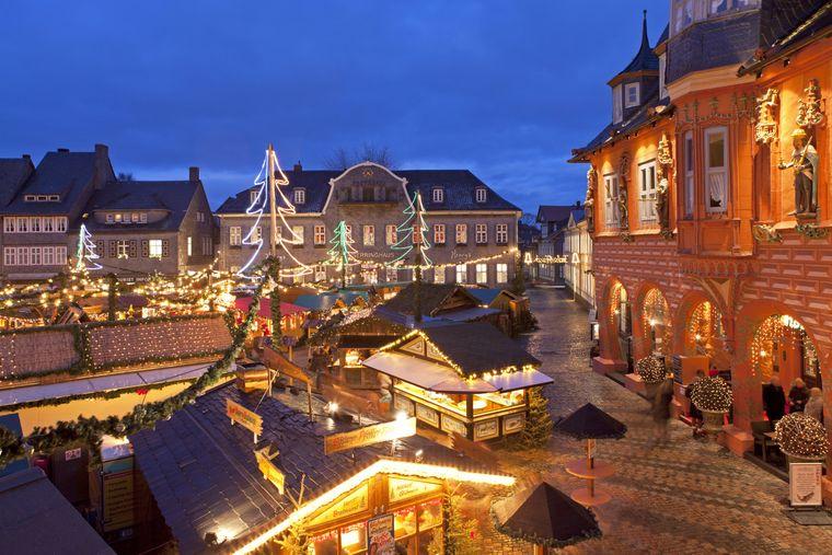 Weihnachtsmarkt in Goslar vor dem historischen Rathaus.