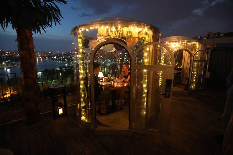 Abendstimmung in einem Social-Distancing-Restaurant in Istanbul, Türkei.