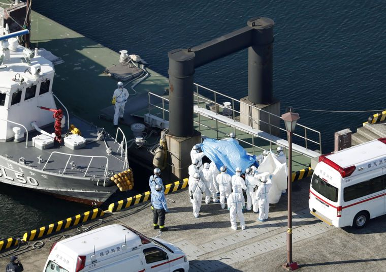 Infizierte Patienten werden vom Schiff gebracht, unter höchsten Sicherheitsvorkehrungen.
