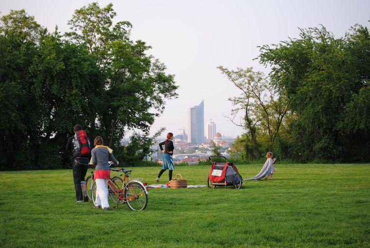 Beim Picknick auf dem Fockeberg gibt es das Panorama von Leipzig gratis dazu.