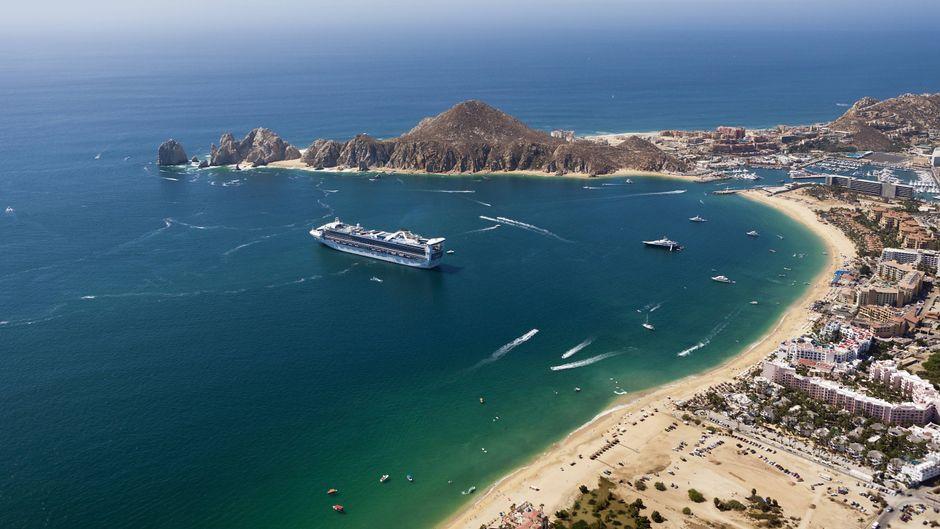 Ein Kreuzfahrtschiff liegt in einer Bucht vor Mexiko.