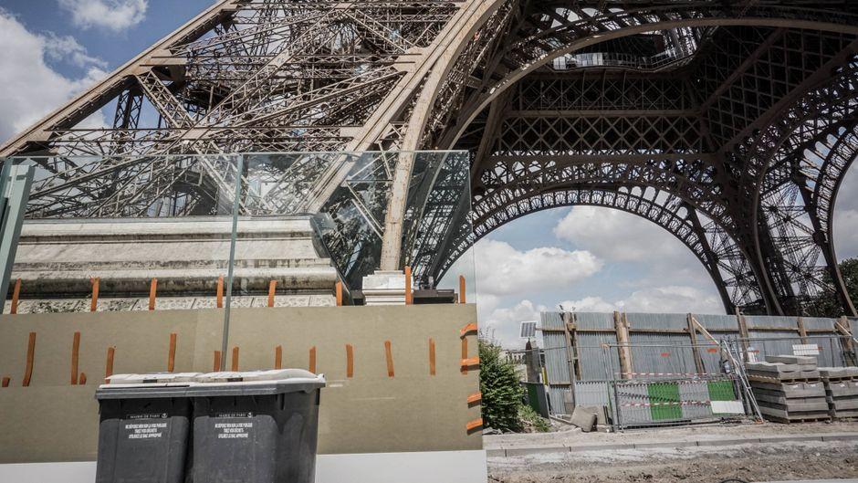Zum Schutz vor Terroranschlägen werden um den Eiffelturm meterhohe Wände aus Panzerglas errichtet.