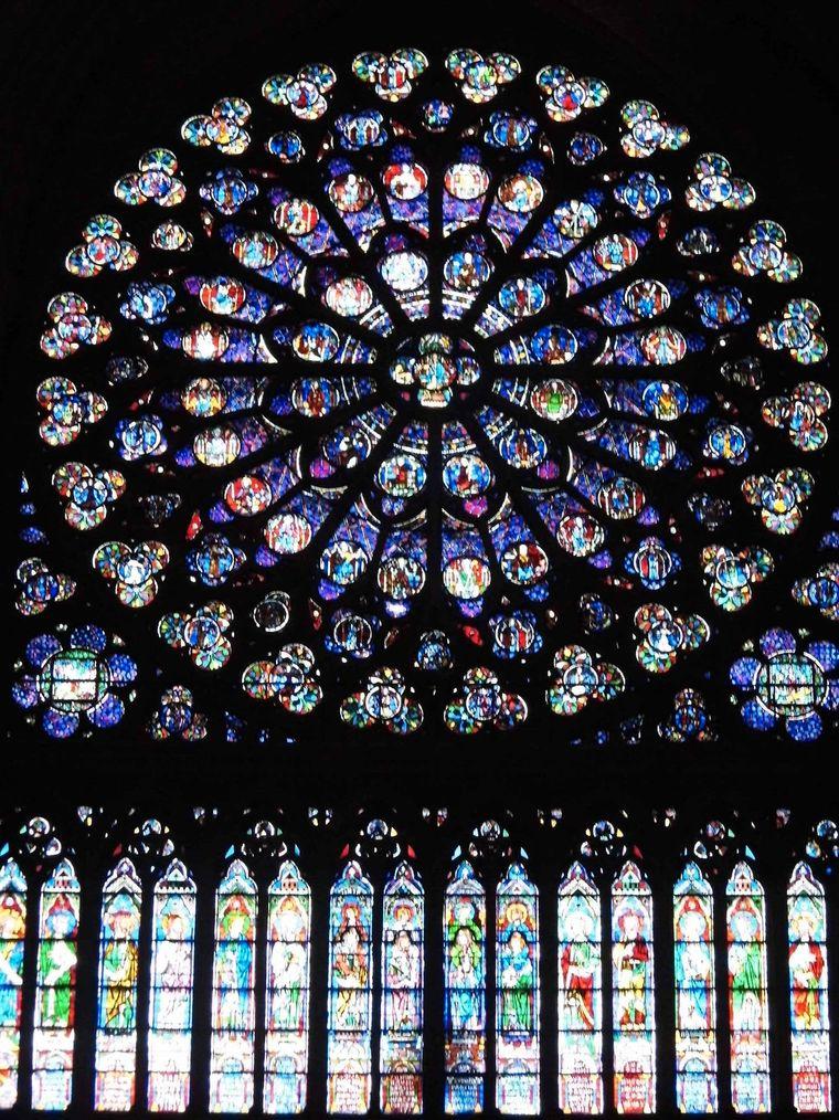 """""""2012, verliebt und das erste mal in Paris. Es war im Sommer und am Tag waren es über 30 Grad. In der Notre-Dame war es schön kühl und dunkel. Das einzige Licht kam von Kerzen und durch die wunderschönen Fenster"""", schreibt Sandra Sasu zu ihrem Foto."""