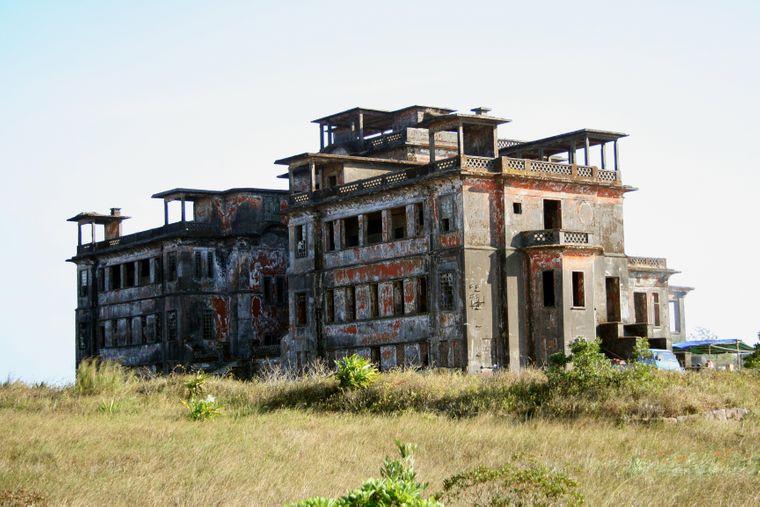 Das Bokor Palace Hotel war einst Hotel und Casino. Derzeit gibt es wohl Bestrebungen, das Gebäude zu sanieren.