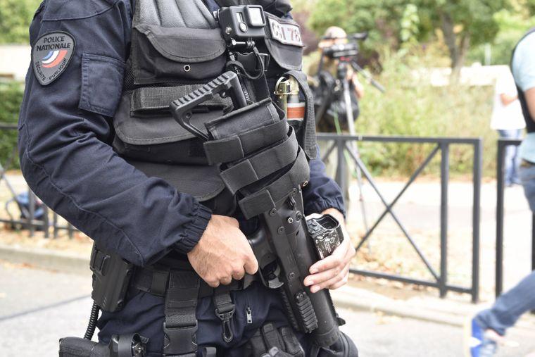 Ein Polizist mit Maschinenpistole steht in Paris auf der Straße. Ein leider recht häufiger Anblick.