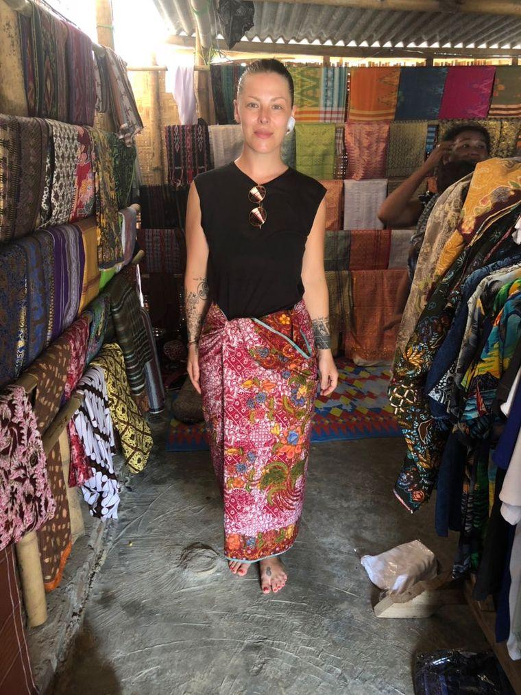 Leo in einem traditionellen indonesischen Wickelrock – dem Sarong.