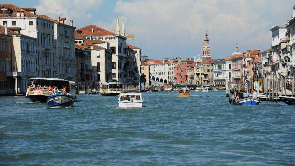 Auf dem Canal Grande dürfen ab sofort nur noch öffentliche Verkehrsmittel und Bewohner des historischen Zentrums von Venedig mit ihren Booten fahren.