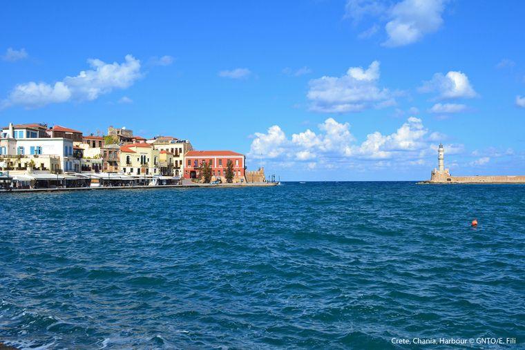 Der Hafen von Chania mit tiefblauem Wasser.