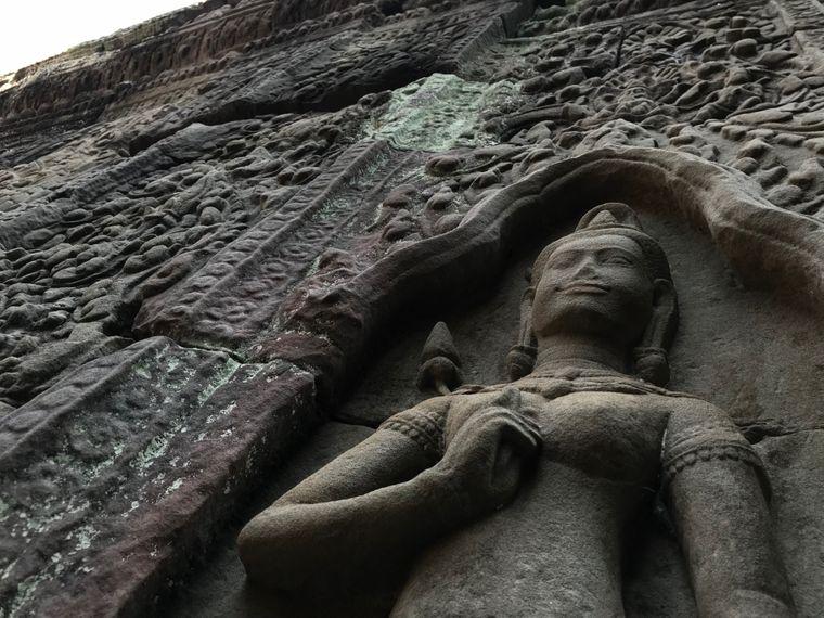 Unzählige Apsaras, in der buddhistischen und hinduistischen Mythologie halb Gott, halb Frau, finden sich an den Tempelwänden.