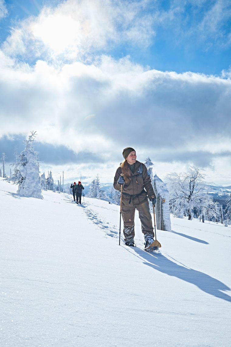 Im Nationalpark Bayerischer Wald geht es zum Beispiel mit der Rangerin Kristin Biebl zum Schneeschuhwandern – hier auf den Großen Rachel.