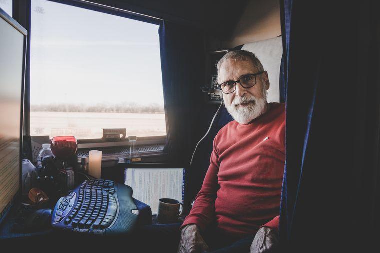 vJim schreibt seine Science-Fiction-Romane im Zug.