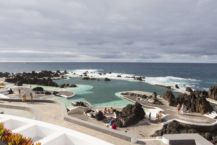Im Küstenort Porto Moniz finden Urlaubende ein Naturschwimmbecken mitten im Meer sowie heiße Thermalquellen.