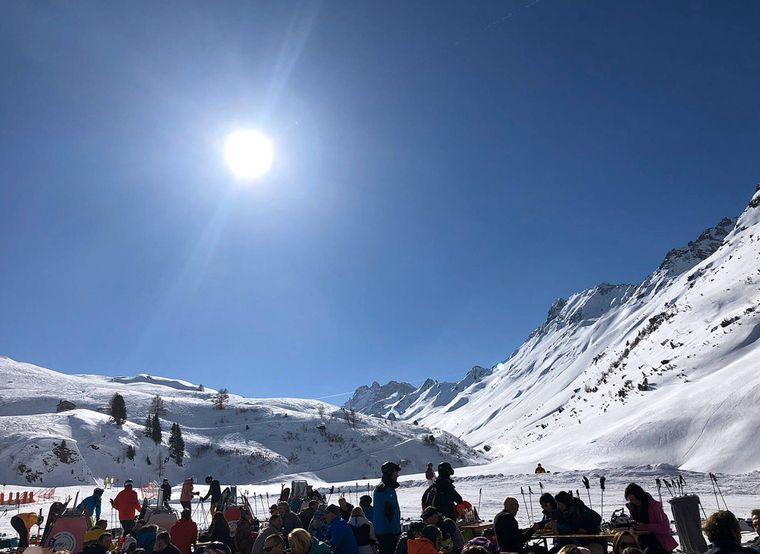 Skigebiet Ischgl im Paznaun in Österreich mit Skifahrern bei der Einkehr.