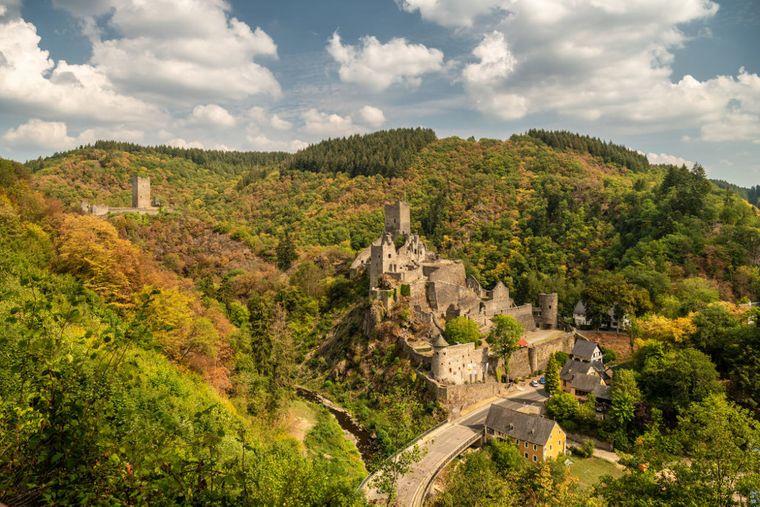 Der Manderscheider Burgenstieg führt Wanderer auf die Spuren des düsteren Mittelalters.