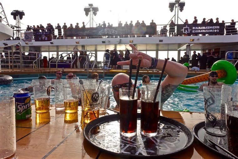 Pool-Party auf der Full Metal Cruise.