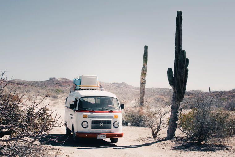 Ein VW-Bulli in einer Wüste in Mexiko.