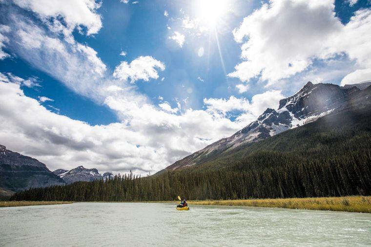 Kanada ist atemberaubend! Es grenzt im Süden an die USA und im Norden reicht es bis über den Polarkreis. Das Land hat ausgedehnte Wildnisregionen – darunter der Banff-Nationalpark mit seinen zahlreichen Seen und die Rocky Mountains.