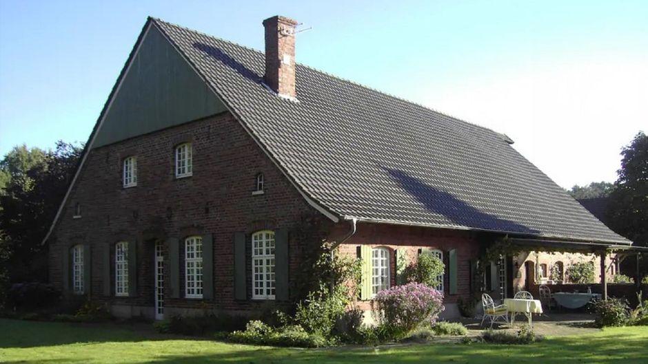 """Der Bauernhof Barlo am See – hier dreht RTL das """"Sommerhaus der Stars"""". Und auch Urlauber können es mieten."""