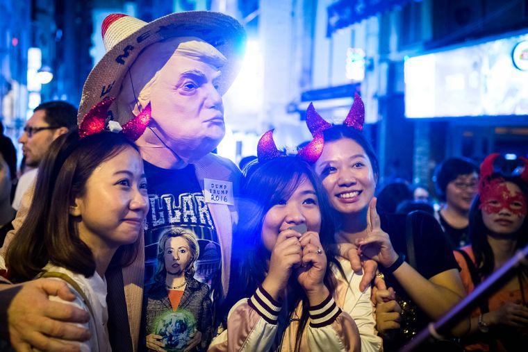 Mann, als Donald Trump verkleidet, bei der Halloween-Street-Party in Hongkong.