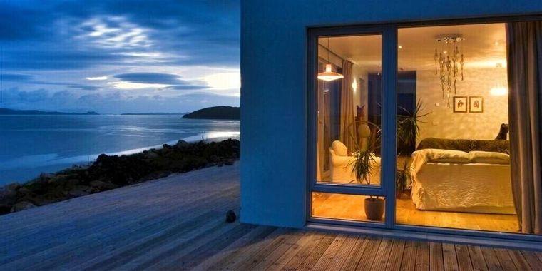 Die luxuriöse Eco-Lodge in den schottischen Highlands bietet bei klarer Sicht einen tollen Blick bis zur gegenüberliegenden Isle of Skye.