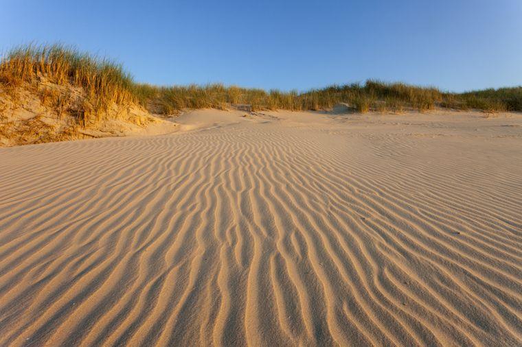Am Strand auf Baltrum hinterlassen nur Wind und Wasser ihre Spuren im Sand.