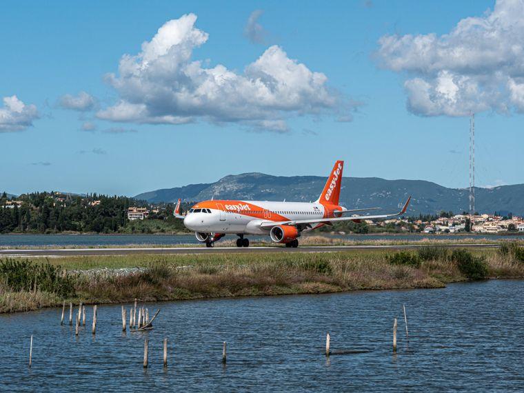Start von der Ferieninsel: Dieser Flieger hebt ab, um Korfu-Urlauber zurück in ihre Heimat zu bringen.