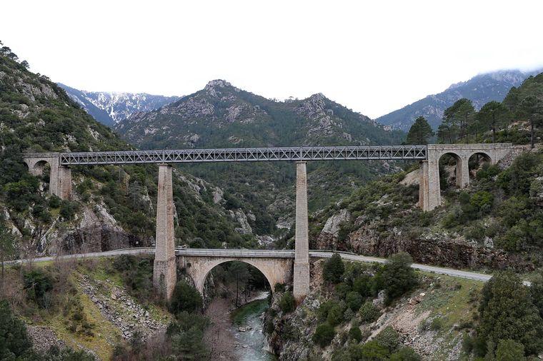 Alle Facetten von Korsika erleben? Die Inselbahn macht's möglich.